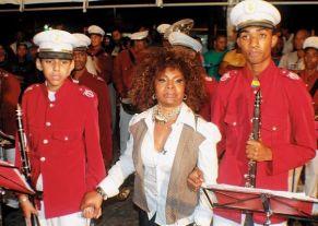 Filarmônica Euterpe Cruzalmense recepciona Elza Soares em visita a Cruz das Almas