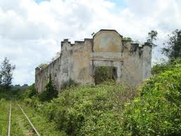 A antiga estação ferroviária Eng. Eurico Macedo fica próxima da UFRB, situando-se na antiga entrada rodoviária da cidade.